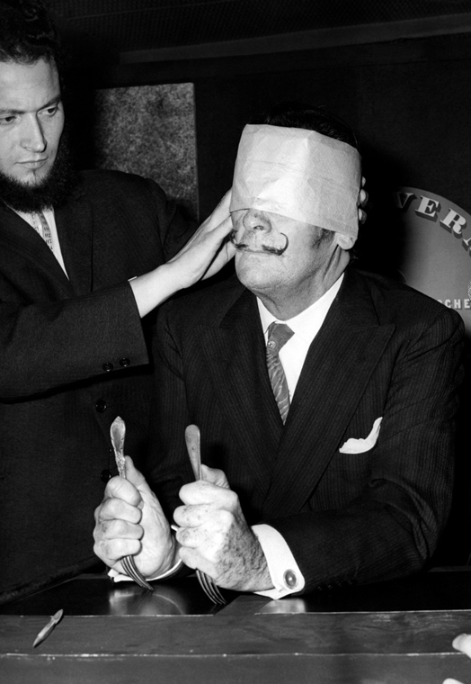afp. nagyítás - Salvador Dali 110 éve született - 1966.05.06. FRANCE, Paris : Picture released on May 6, 1966 of Spanish painter Salvador Dali, one of the most popular painters of the 20th century, about to create blindfolded a portrait of one of Jules Ve