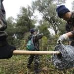 Extra bért kapnak a kerítést építő katonák
