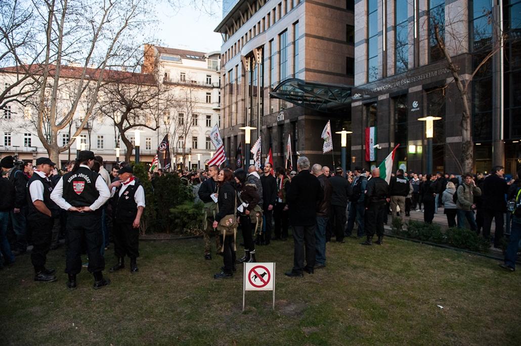 tüntetők a bankcenter előtt