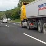 Videón, ahogy szétrobban egy kamion kereke az M3-ason