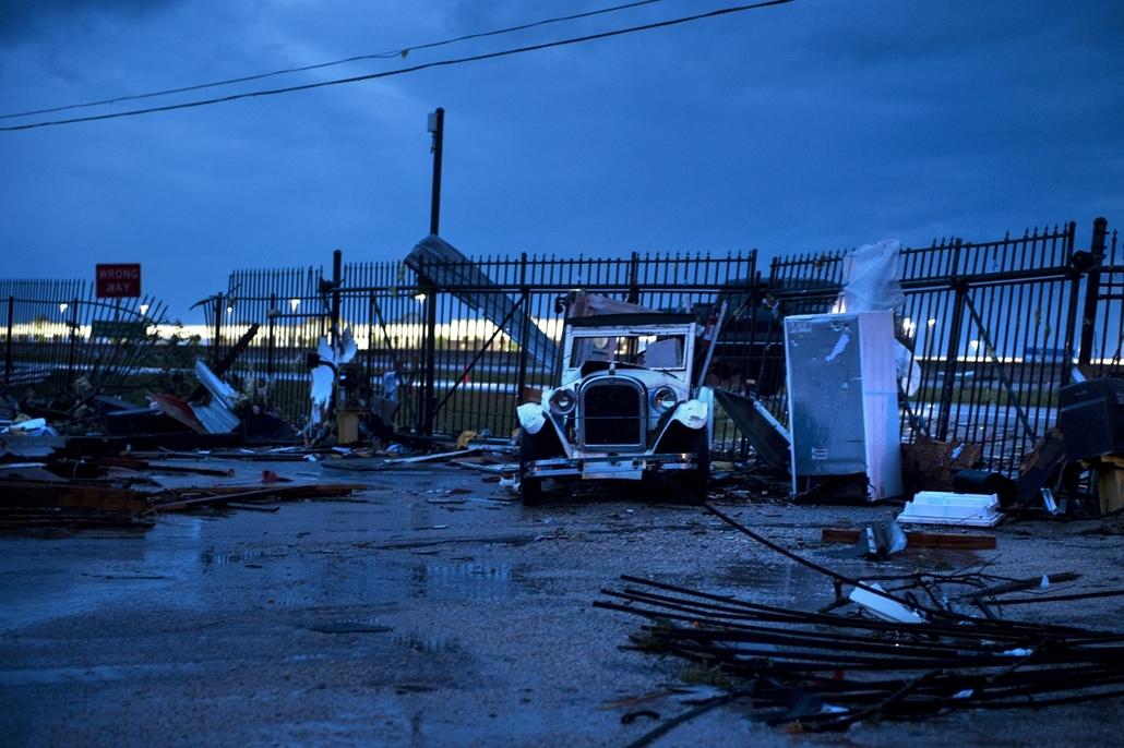 afp.17.08.27. - Katy, USA: Hurrikán után Katy városában. A heves esőzéssel kísért Harvey hurrikán végigsöpört a texasi partvidéken; pusztításai nyomán Texas állam 62 megyéje vált katasztrófa sújtotta területté.