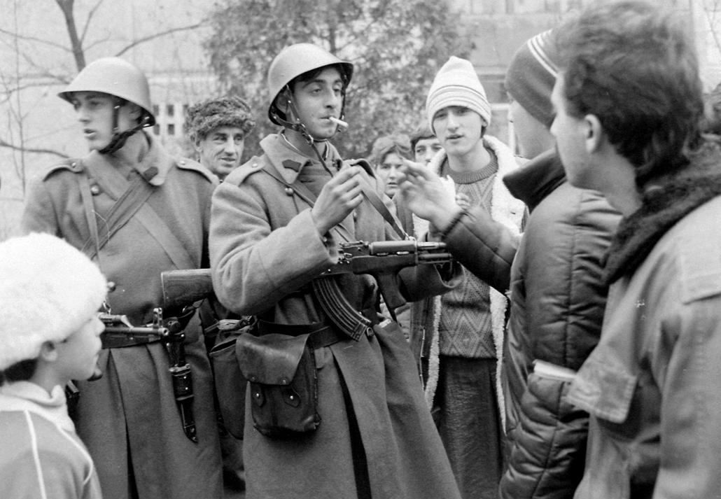 fortepan. Temesvár 1989, román forradalom - KATONÁK DOHÁNYZÁS FEGYVER KALASNYIKOV