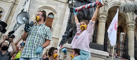 Színművészetisek a világsajtóban, piros-fehér szalagok az egyetem előtt