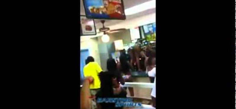 Videó: bikinis nő verte szét a Burger Kinget