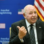 Cornstein a rendeleti kormányzásról: Szinte mindenkit felhívtam a magyar kormányból