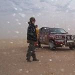 Száguldás sivatagon és aknamezőn keresztül - Videóval