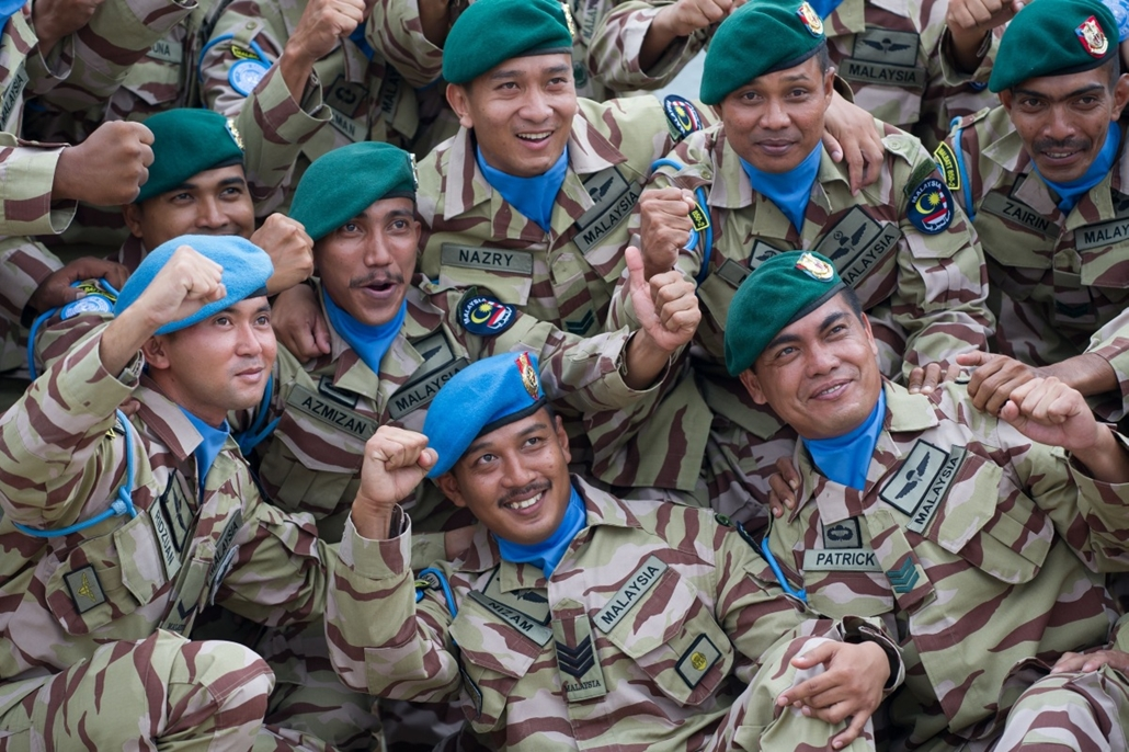 afp. hét képei - 2014.09.04. Subang, Malajzia, Malaysian armed forces personnel pose for for photographers before a dispatching ceremony for the first batch of the Malaysian Battalion 850-2 for the United Nations Interim Force in Lebanon (UNIFIL) at the S