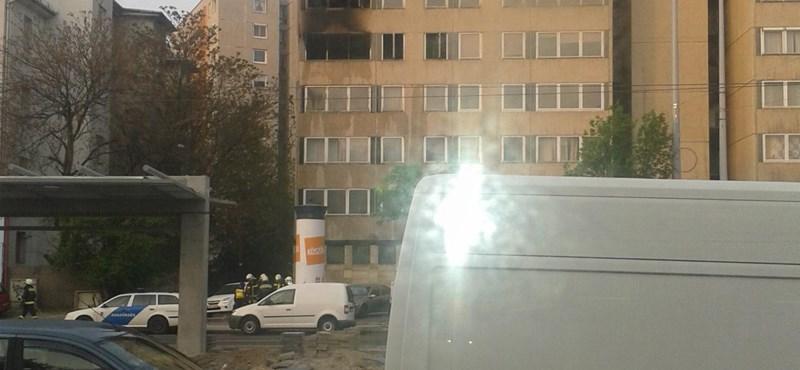 Kigyulladt egy panellakás a XIII. kerületben - fotó