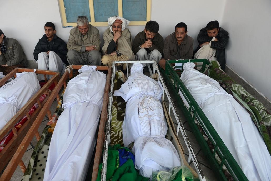 Nagyításgaléria - Hozzátartozók gyászolják az előző napi kettős öngyilkos merényletben elhunyt rokonaikat egy hullaházban a délnyugat-pakisztáni Beludzsisztán tartomány fővárosában, Kvettában.