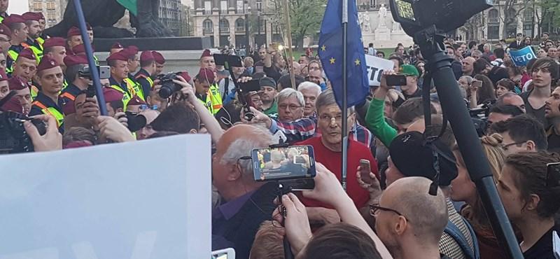 Dulakodás a Parlamentnél - EU-zászlót akarnak kitűzni a tüntetők