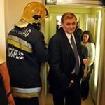 Fotó: Lezsák Sándor beszorult a liftbe, tűzoltók mentették ki