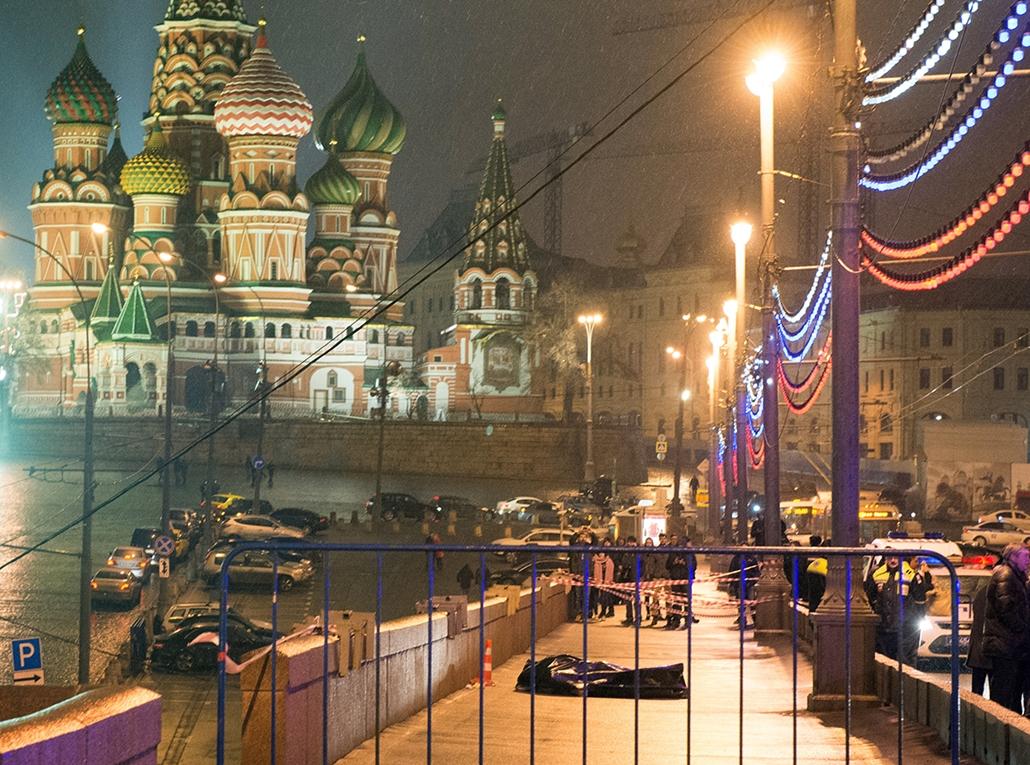 afp. Borisz Nyemcov - 2015.02.28. Moszkva Oroszország, lelőtték az ellenzéki politikust, holttest, Medics lift the body of Russian opposition leader Boris Nemtsov, covered with plastic, on Moskvoretsky bridge near St. Basil cathedral in central Moscow on