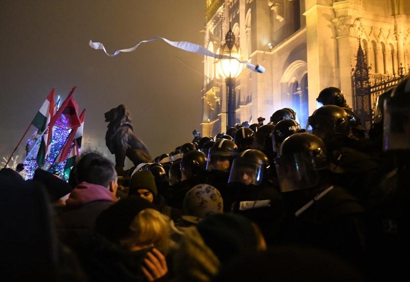 A Kossuth tér után a Szalay utcában is összetűzés volt a tüntetők és a rendőrök között - percről percre