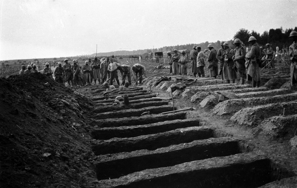 afp. Somme-i csata - German prisoners dig graves in a large cemetery as French soldiers look on before the start of the offensive in the Somme region, northern France, in July 1916, during World War 1. The Great War started in 1914 with the assassination