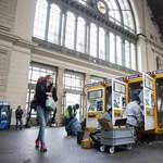 Törmelék borítja a síneket, még mindig bénult a Keleti pályaudvar
