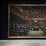 A parlamentben csupa majom – rekordáron kelt el Banksy képe