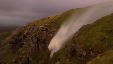 Ilyet még nem látott: megfordította a hurrikán a vízesést - videó