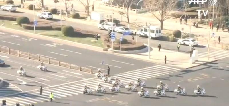 21 motorból, 6 autóból és egy különleges Merciből áll Kim Dzsongun konvoja – videó