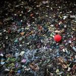 """""""Bálnákat"""" hoz a Parlament elé a Greenpeace, hogy megmutassa, miért akkora gond a műanyagszennyezés"""