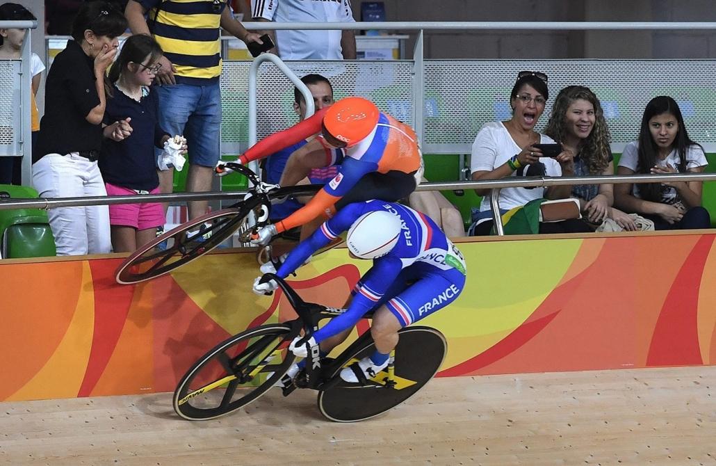 epa.16.08.13. - A holland Laurine van Riessen a korlátra felhajtva kerékpározik a francia Virginie Cueff mellett, miután elkerült egy ütközést a női pályakerékpárosok keirinversenyének első fordulójában a Rio Olimpiai Velodrómban. - évképei