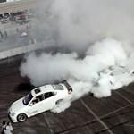 Egymáshoz láncolnak két driftautót, az eredmény, mintha felgyújtottak volna egy gumigyárat – videó