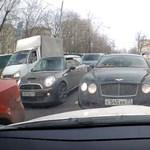 Néha még a Bentley-vel is be kell állni a sorba – videó