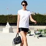 Miranda Kerr fekete bőrnadrágocskába bújtatta a lábait Párizsban