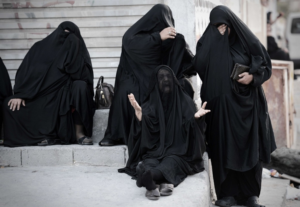 mti. hét képei - Bahraini women mourn during on April 22, 2014, in the village of al-Maqsha, west of Manama, during the funeral of Ahmed al-Mosajen and Ali Abbas, who were killed when their vehicle exploded two days ago.
