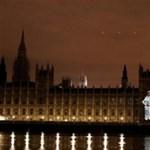 Beledőlhet a Temzébe a brit parlament épülete