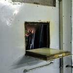 Örülhetnek a börtönlakók, helyhiány miatt utcára tették őket