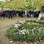 Pályatársak, politikusok, SZDSZ-alapítók – több százan emlékeznek Rajk László sírjánál