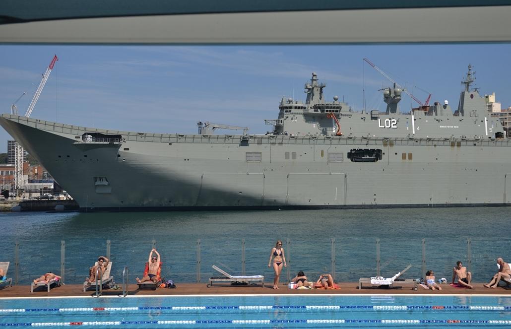 afp.14.11.21. - Sydney, Ausztrália: napfürdő a HMAS Canberra, az Ausztrál Királyi Haditengerészet legújabb hadihajója előtt - 7képei nagyítás