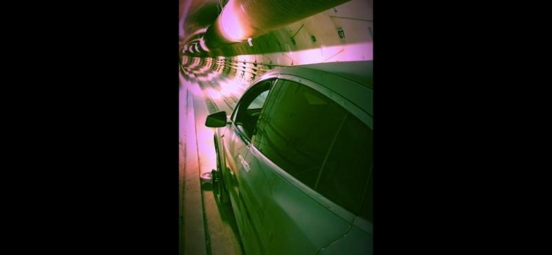 Betettek egy Tesla Model X-et Elon Musk alagútjába, így megy a kocsi a föld alatt