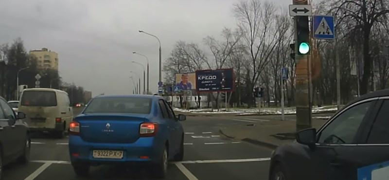Ilyen, amikor az okos autóson múlik a gyalogos élete – videó