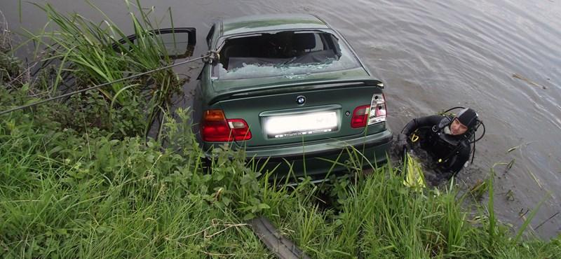 Fotók: Horgásztóba hajtott egy autó – a tűzoltóknak kellett kihalászni