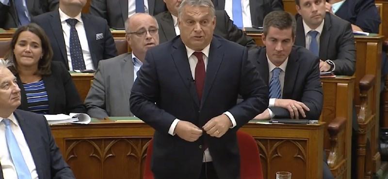 Itt a videó, ahogy Orbán vigyorogva beszámol a magánrepülős meccsnézésekről