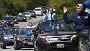 Rendhagyó autós felvonulással búcsúztak az Egyesült Államok végzősei