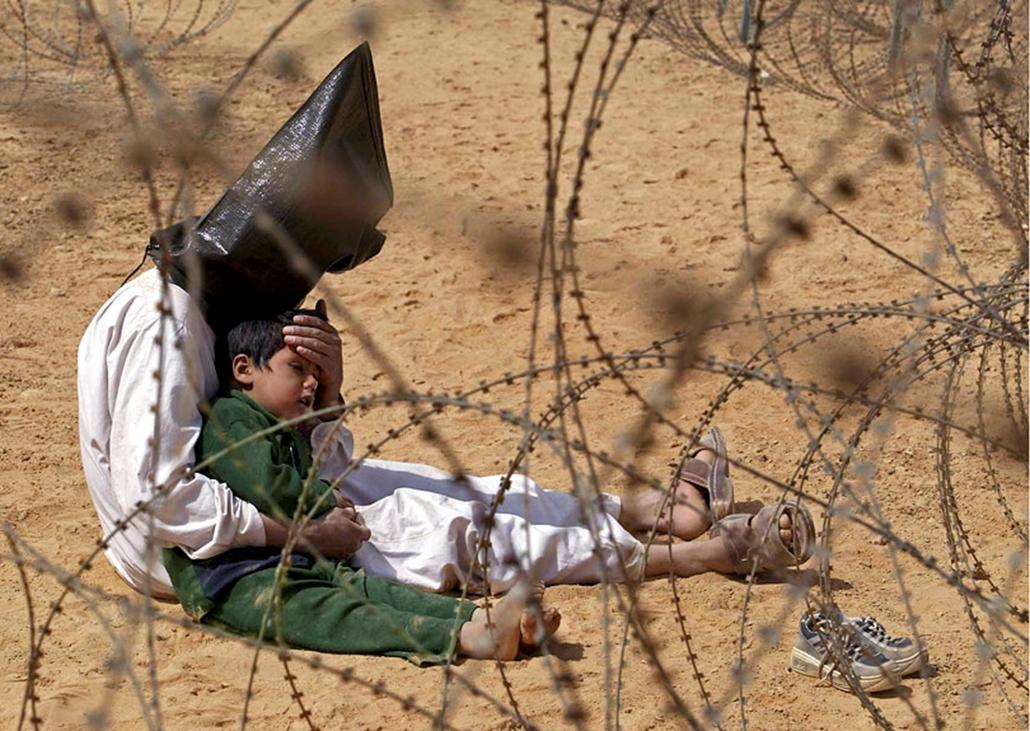 Iriaki apa öleli át fiát, miután őrizetbe vette az amerikai hadsereg An Najaf mellett 2003-ban.