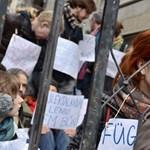 """""""Abszurd döntés"""": több százezer forintos büntetést kaptak a székházfoglalók"""