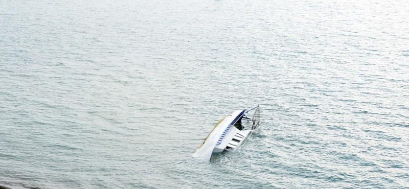 Felborult egy menekülteket szállító hajó Törökországban, többen meghaltak és sok a sérült