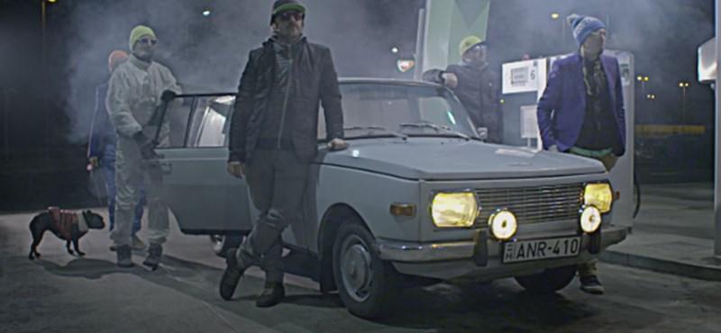 Klippremier: A Bëlga egy Wartburg mellett dicsőíti a benzinkutakat