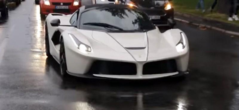 Ritka látvány a pesti dugóban egy 600 milliós Ferrari - videó