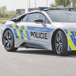 Összetörték a rendőrségi BMW i8-at - szívrohamot kapott a sofőr