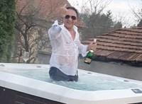 Videó: Jakuzziban locsolja a pezsgőt Tornanádaska újraválasztott polgármestere