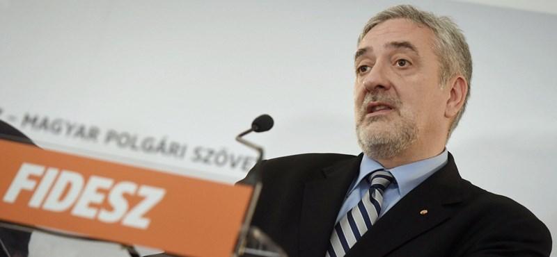 Abszurd védekezéssel rukkolt elő a Fidesz-frakciószóvivő ügyvédje a bíróságon