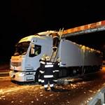 Fotók: Legyalulta egy kamion a tetejét a ferihegyi gyorsforgalmi úton