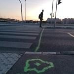 Felrajzolták Puzsér fejét és az autómentes zóna határát Budapest járdáira