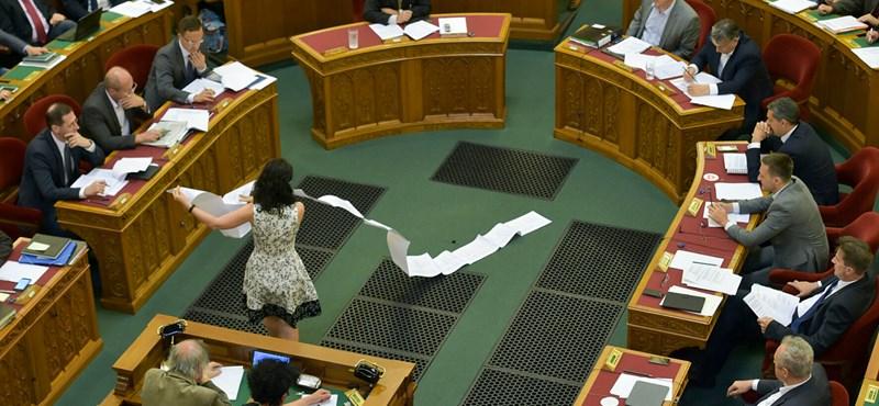 Polgári engedetlenségbe kezd a TASZ és a Helsinki a civiltörvény elfogadása után