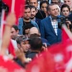 Ezer iskolát zártak be Törökországban, mert  ellenzékiek alapították
