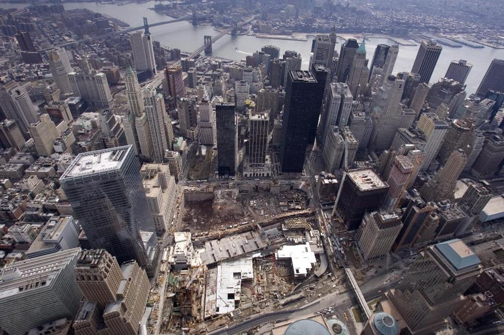 A néhai Word Trade Center helyén létrejött Ground Zero építési terület New Yorkban. 2009. március.